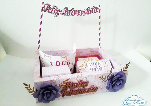 Caixa Kit Festa Aniversário com flores-Caixa Kit Festa Aniversário  Kit Contém: 1 caixa externa 27x19,5x6,8 1 bandeirinha Feliz Anive