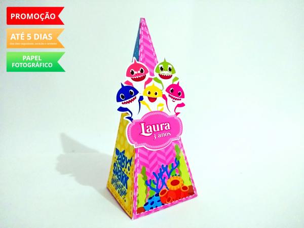 Caixa pirâmide Baby Shark-Caixa pirâmide Baby Shark  com aplique. Fazemos em qualquer tema. Envie nome e idade para persona