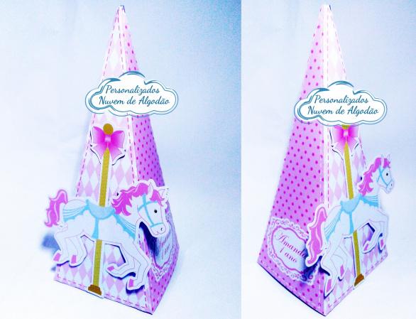 Caixa pirâmide Carrossel Encantado-Caixa pirâmide Carrossel Encantado com aplique. Fazemos em qualquer tema. Envie nome e idade para