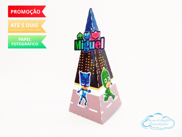 Caixa pirâmide Pj Masks-Caixa pirâmide Pj Masks com aplique. Fazemos em qualquer tema. Envie nome e idade para personaliz