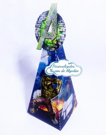 Caixa pirâmide Vingadores-Caixa pirâmide Vingadores com aplique. Fazemos em qualquer tema. Envie nome e idade para personal