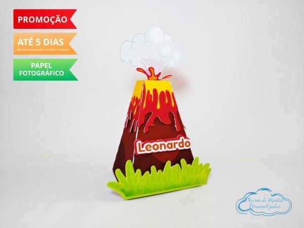 Caixa pirâmide Vulcão Dinossauro-Caixa pirâmide  Vulcão Dinossauro com aplique. Fazemos em qualquer tema. Envie nome e idade para
