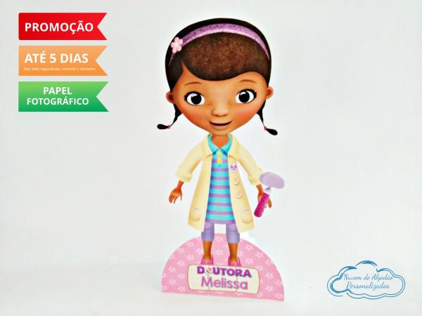 Display de mesa Dra. Brinquedos 27cm - Dottie McStuffins-Display de mesa Dra. Brinquedos 27cm - Dottie McStuffins Largura varia de acordo com a imagem.  -