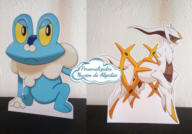Display de mesa Pokemon 27cm-Display de mesa Pokemon até 27cm  Largura varia de acordo com a imagem.  - Possui pé de apoio.