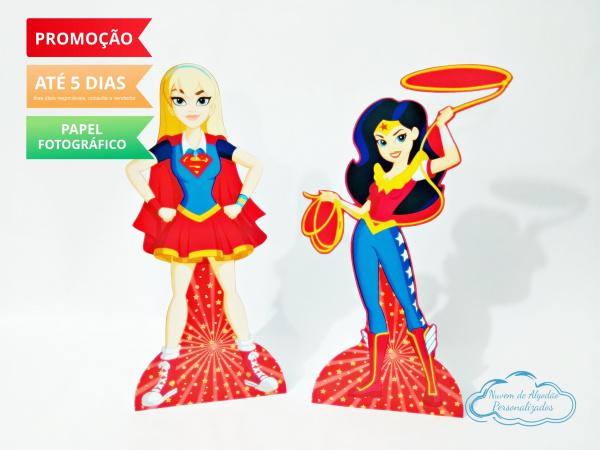 Display de mesa Super Hero Girls 27cm - Mulher Maravilha e Supergirl-Display de mesa Super Hero Girls até 27cm - Mulher Maravilha e Supergirl   Largura varia de acordo