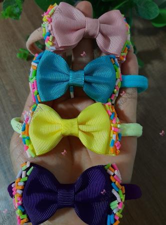 Faixinha granulado para bebê-Faixinha na meia de seda com laço gravatinha duplo, e aplicação de granulado em biscuit. Consult