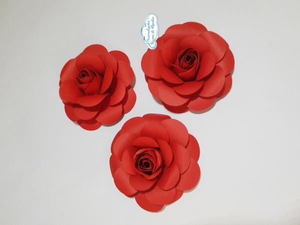 Flor de papel para topo de bolo - Vermelha-Flor de papel para topo de bolo - Vermelha Fazemos em qualquer cor.  Na hora do seu pedido inform