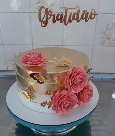 Topo de bolo dourado Gratidão com 4 rosas especiais-Topo de bolo dourado Gratidão com 4 rosas especiais  Fazemos em qualquer cor. Nos informe nome p
